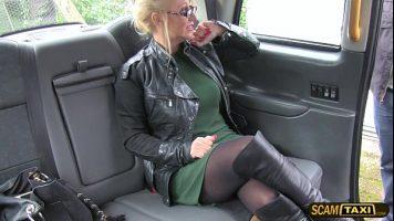 شقراء فاتنة مارس الجنس في سيارة أجرة