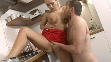 ممارسة الجنس في المطبخ مع فتاة جميلة في بوسها عارية مع Pleasure T, Mia Leone