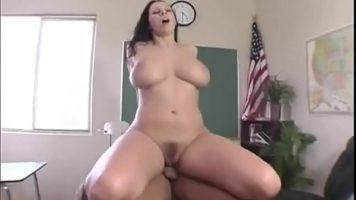 المدرس آميا لديه ثدي كبير ويريد ممارسة الجنس على الكرسي في المدرسة مع Gianna Michaels