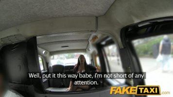 أحمر الشعر مع كبير الثدي الملاعين في السيارة مع سائق التاكسي مع Emma Butt