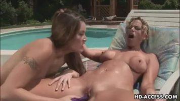 تلعب الفتيات في المسبح بالهزاز