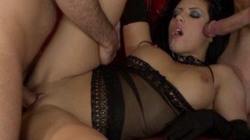 رجلان يمارسان الجنس مع نفس المرأة الجميلة مع HDV Pass