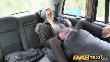 Fake Taxi يضع خطمها في بوسها لعق البظر
