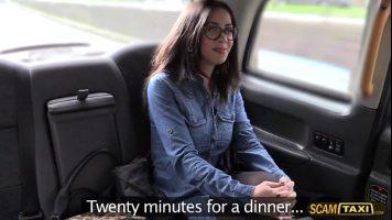 سائق سيارة الأجرة يمارس الجنس مع امرأة سمراء مع النظارات التي لديها الحمار جولة مع Julia De Lucia