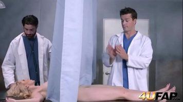 اثنان من أطباء أمراض النساء مارس الجنس مع نفس المرأة مع Ashley Fires