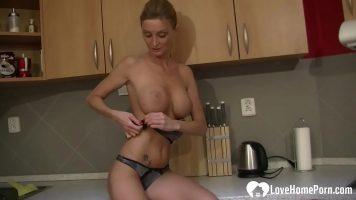 Love Home Porn سيدة ذات ثديين من السيليكون تستمني بلطف
