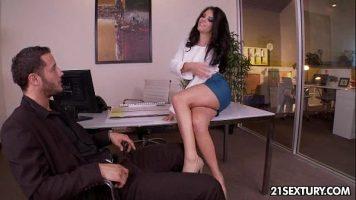 Adriana Chechik في يعطي نفسه لرئيسه من أجل اللعنة