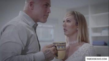 لوسيانا تمارس الجنس مع رئيسها للحصول على زيادة