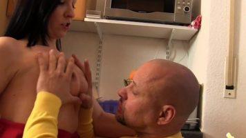 Verdorbene Hausfrauen جورج يمارس الجنس مع امرأة سمراء ماكرة تريد فقط الكثير من الجنس