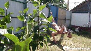 الطالبة في الحرارة تقيس نفسها بالخارج في الحديقة