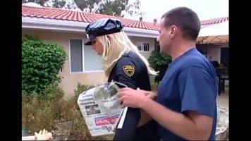 الشرطي الذي يأخذ اللسان ويطلق النار عليها مع Nikki Hunter