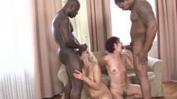 Black Guy في اثنان من السود يحزمان سيدتين من جالاتي
