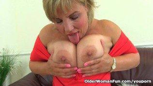Older Woman Fun بعض البالغين يشبهون الأطفال