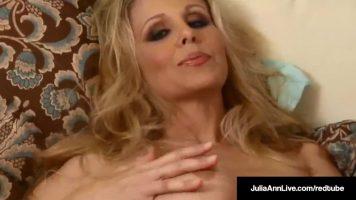 لديها سراويل داخلية مثيرة للغاية مع Julia Ann