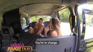 الجنس على غطاء محرك سيارة أجرة الغابة مع سيدة بصورة عاهرة
