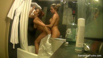 Samantha Saint, Victoria White في يتم تصوير الشقراوات الساخنة في الحمام