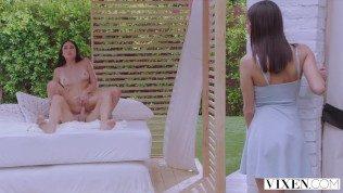 Johnny Sins, Ariana Marie, Emily Willis في اثنين من السمراوات مارس الجنس مع ديكي