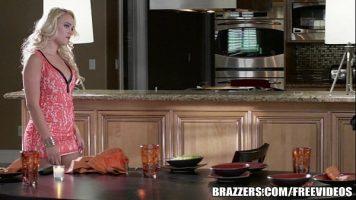 شقراء مارس الجنس في المطبخ من قبل زوجها قرنية