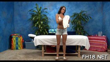 تقدم جيسيكا دروسًا جنسية مجانية