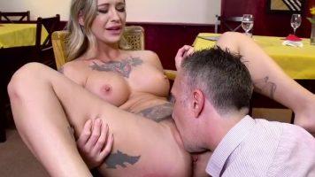 صاحب مطعم يمارس الجنس مع عاهرة موشومة مع Keiran Lee, Kleio Valentien