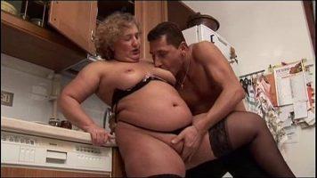 هذا الرجل يمارس الجنس مع امرأة سمينة